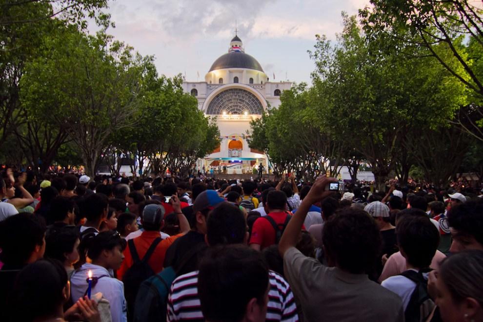 Vista frontal de la Basílica de Caacupé durante la celebración de la Misa de las 06:00 hs. de la mañana del 8 de Diciembre. Miles de devotos de la Virgen de Caacupé se congregaron en la plaza de la Basílica para participar de la Misa Central. (Tetsu Espósito - Caacupé, Paraguay)