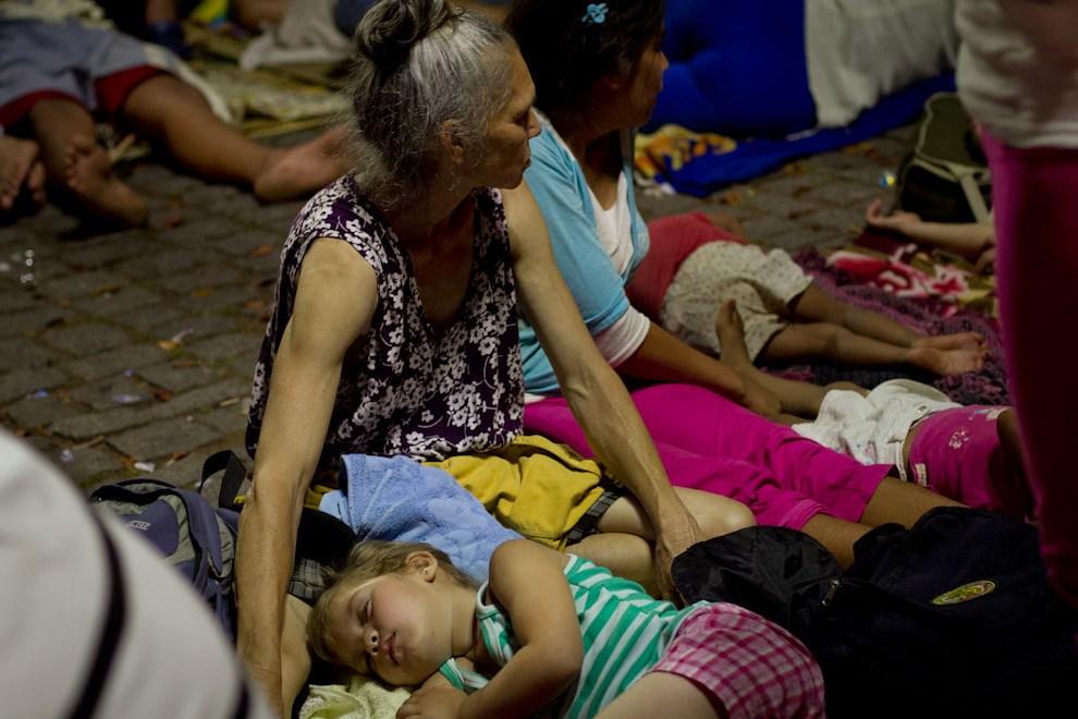 Familias enteras que llegaban la noche anterior a la festividad de la Virgen, buscaban un lugar en el suelo, donde dormir frente a la Basílica. (Tetsu Espósito - Caacupé - Paraguay)