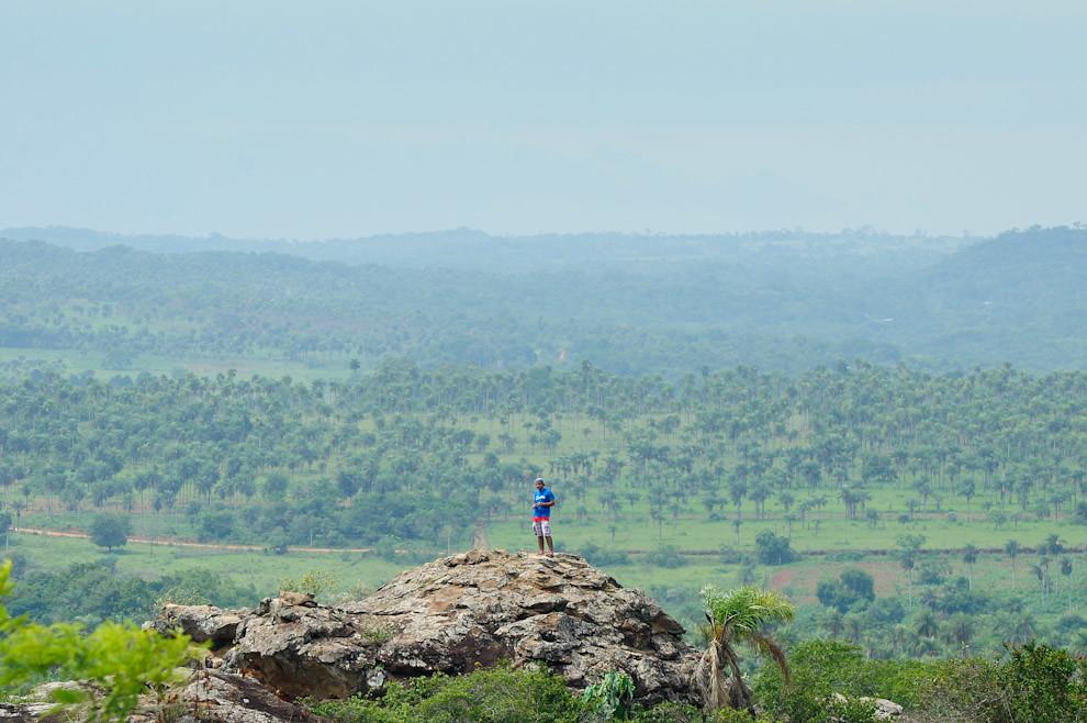 """Controlador del Puesto de Control 03 se muestra en la cima para que los participantes lo puedan ver desde lejos, en esta edición """"Light"""" de la carrera, el puesto de control es observable fácilmente, en las carreras más extensas, éste no está a la vista y se necesita mucha orientación para llegar al mismo. (Elton Núñez - Piribebuy, Paraguay)"""