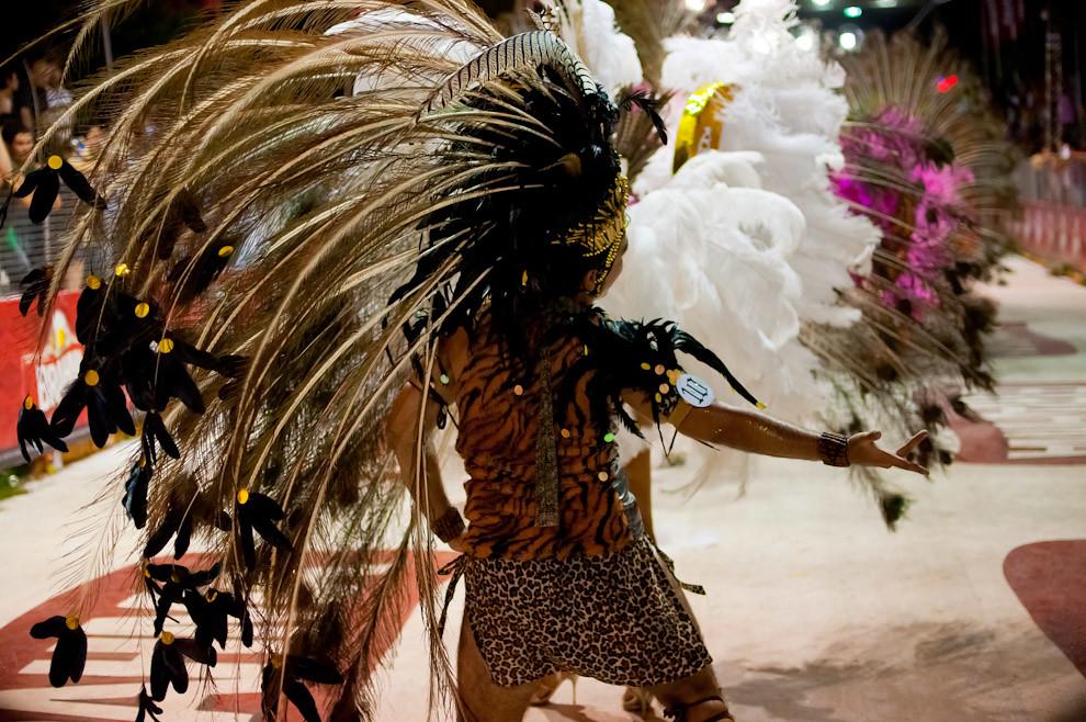 Un Pasista del Club San Juan baila al ritmo de las batucadas con su llamativo disfraz, repleto de extravagantes plumas en la cabeza, uno de los componentes que más ha llamado la atención con su danza en la 3ra Ronda del Carnaval Encarnaceno el pasado Viernes 18 de Febrero. (Elton Núñez - Encarnación, Paraguay)