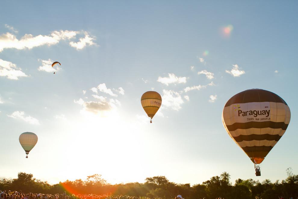 Globos aerostáticos se preparaban para aterrizar en las úlltimas horas de la tarde, en la ciudad de San Bernardino. (Tetsu Espósito - Asunción, Paraguay)