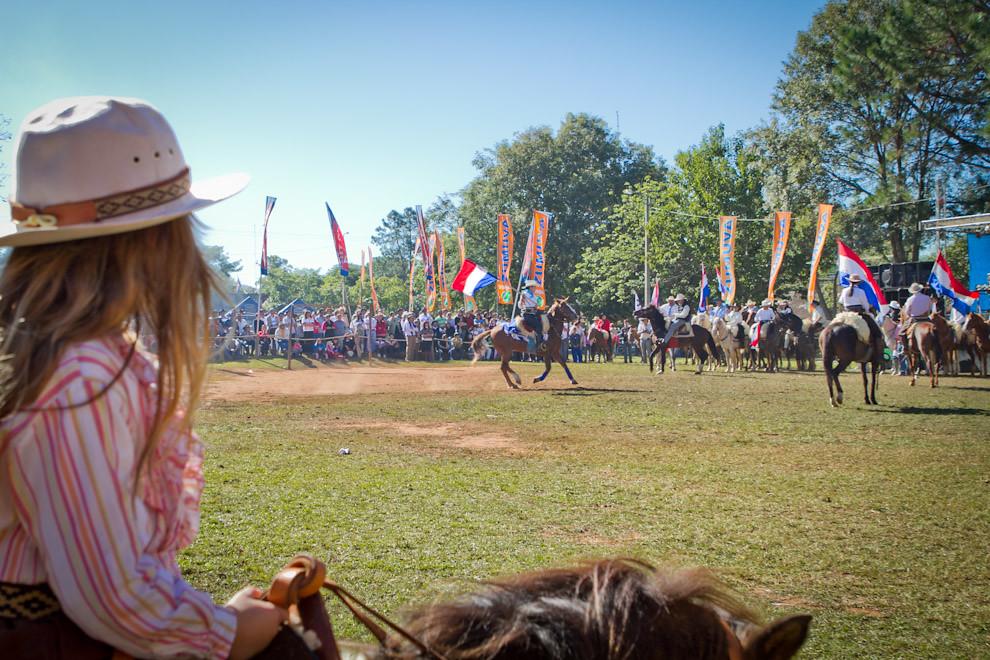 Una joven amazona observa montada en su caballo, las demostraciones que realizan otros jinetes en el ruedo central de la plaza principal de San Miguel. (Tetsu Espósito, San Miguel - Paraguay)