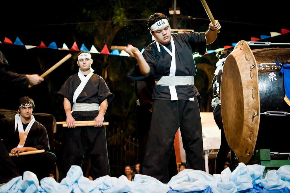 Un joven ejecuta el tambor en una carroza japonesa durante el Desfile de representaciones de los pueblos originarios, inmigrantes, de carnavales de Paraguay y de naciones invitadas el sábado 14 de Mayo sobre la Avenida Mariscal López. (Elton Núñez - Asunción, Paraguay)