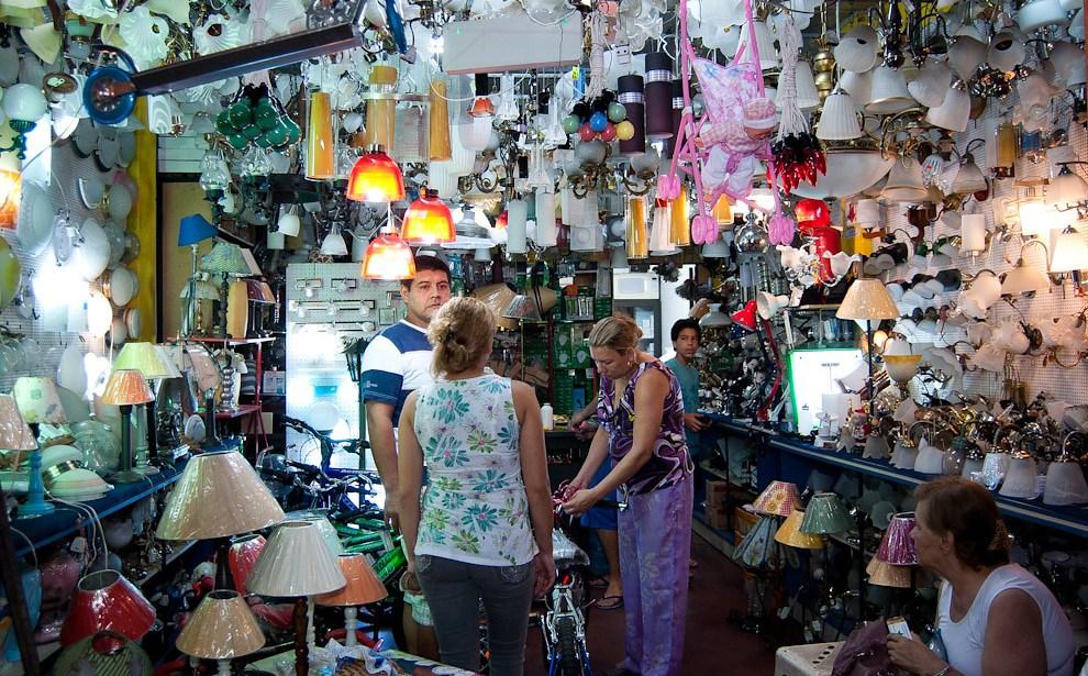 En la madrugada del 6 de enero, hasta los negocios de electricidad e iluminación sobre la Avda Petirossi abrieron sus puertas para vender juguetes a los Reyes Magos. (Elton Núñez - Asunción, Paraguay)