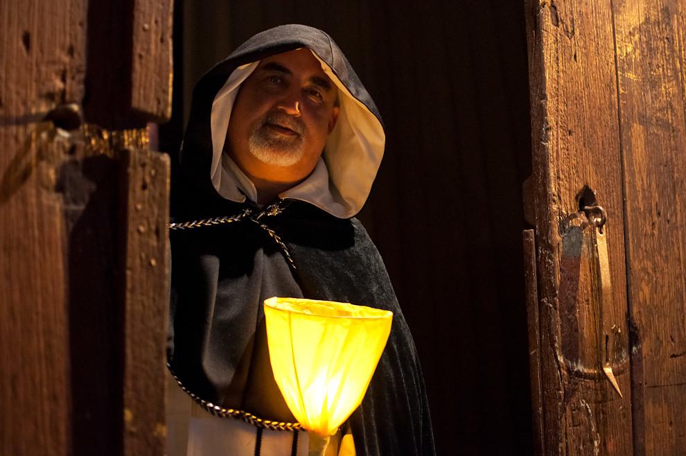 Un actor vestido de monje atiende la entrada y salida del teatro El Molino durante la serie de actuaciones de cuadros vivientes en la noche del Viernes Santo en donde se pudo ver espectaculares representaciones teatrales bajo la dirección de Koki Ruiz. (Elton Núñez - San Ignacio, Paraguay)