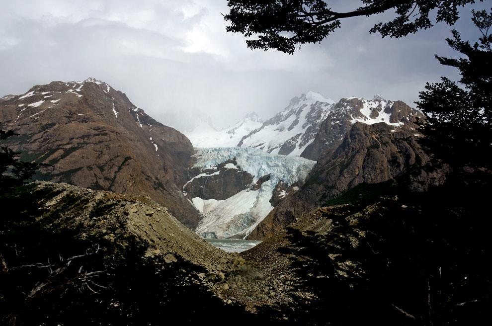 A un par de horas de iniciar un recorrido de 9 horas de trekking hacia la Laguna de los Tres, el Glaciar Piedras Blancas es el primer punto destacado del trayecto.(Roberto Dam - Patagonia, Argentina)