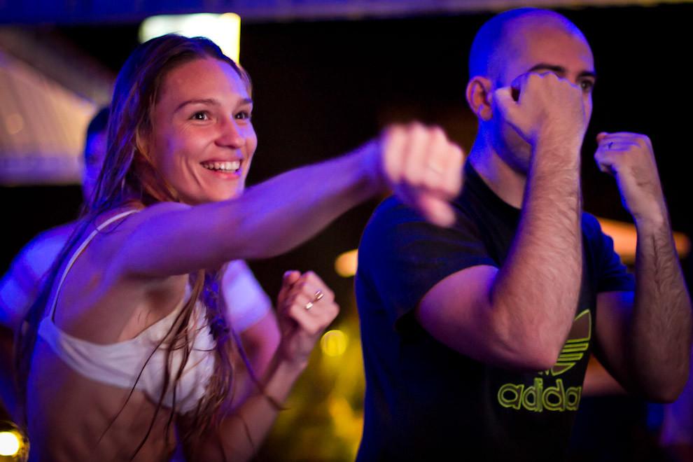 Dos amigos se enfrentan virtualmente en una competencia de boxeo, después de haber disfrutado un atardecer con música en vivo en la terraza del Hotel Guaraní. (Tetsu Espósito - Asunción, Paraguay)