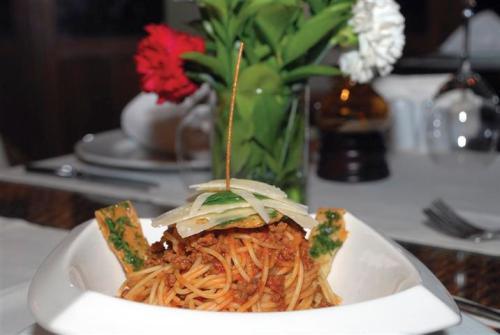 Güzelyalı Caddesi, Grand Okan Hotel arkasında hizmet veren Green Beach Restaurant spagetti konusunda öne çıkan mekanlar arasında