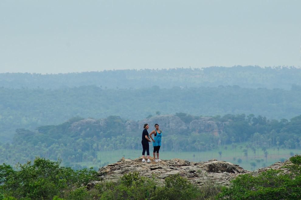 Una pareja miembro de la organización se dejan ver en la cima del Cerro Naranjo para que los atletas reconozcan el Puesto de Control 01. (Elton Núñez - Piribebuy, Paraguay)