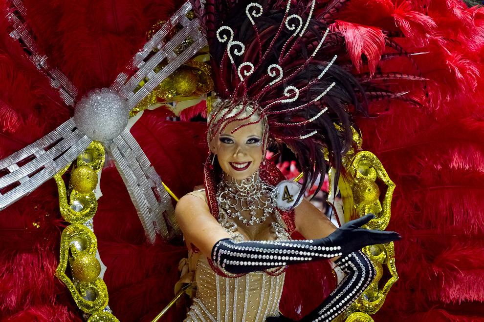 Johanna Bakounovitch, Emperatriz del Club Atletico San Juan, despliega su belleza y el colorido de su atuendo en los Corsos Encarnacenos. (Tetsu Espósito - Encarnación, Paraguay)