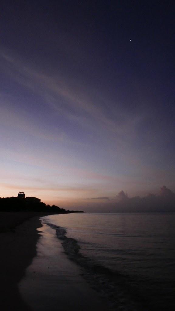 쿠바 앙꼰 비치의 일출 무렵. 바다와 하늘 경계에 색상이 점차 번지고 있다.