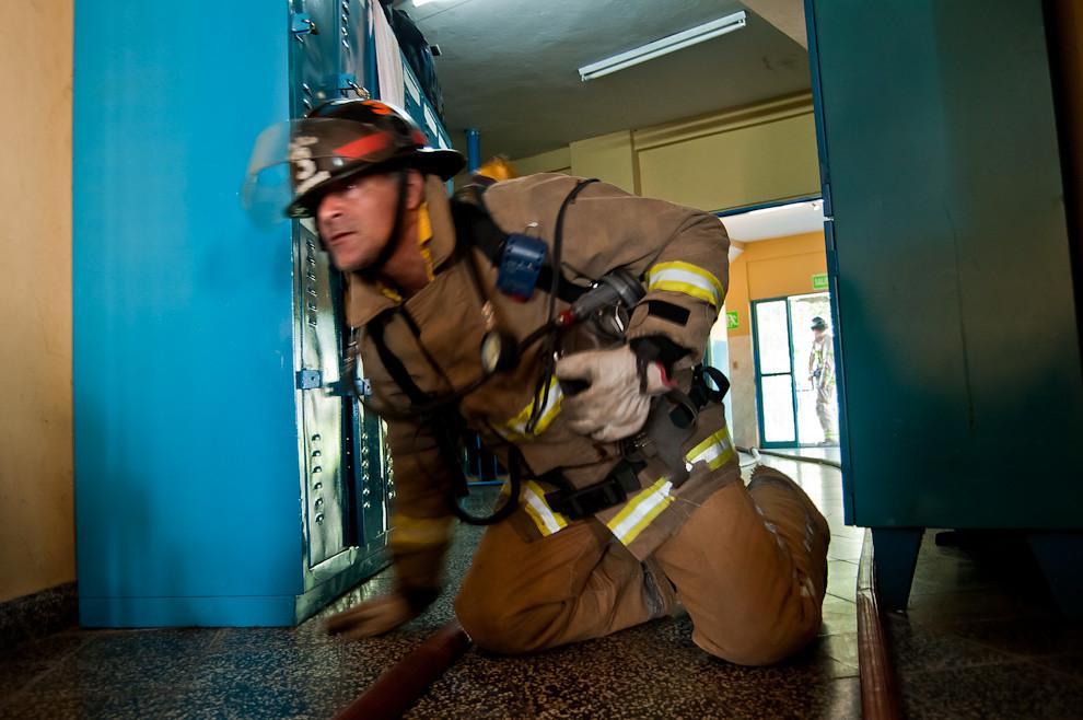 Un bombero de la 3ra. Compañía de Sajonia practica los procedimientos para incendio durante un simulacro sorpresa en la mañana del 13 de mayo en que los voluntarios de guardia fueron sorprendidos por la alarma de incendios. Ya sea en un simulacro o en una situación real, los bomberos se levantan de sus camas de un salto, se visten con la misma urgencia de siempre y en una situación de intensa presión realizan sus trabajos con notable profesionalismo y concentración. (Elton Núñez).