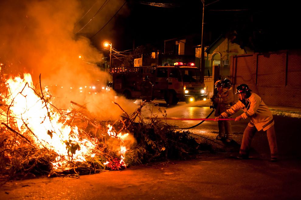 Los bomberos voluntarios de la 3ra compañía de Sajonia acuden al llamado de la central de alarmas 132 del Cuerpo de Bomberos que codificó un incendio de basural. Se trataba de una típica quema de basuras y ramas de árbol, originada por personas inconscientes, una quema que se salió de control y pasó a generar una situación amenazante para la seguridad de los habitantes de la cuadra. (Elton Núñez).