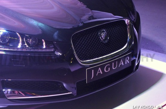 Evident on the front view of the Jaguar XF 2014 is the jaguar head, the new logo of Jaguar.