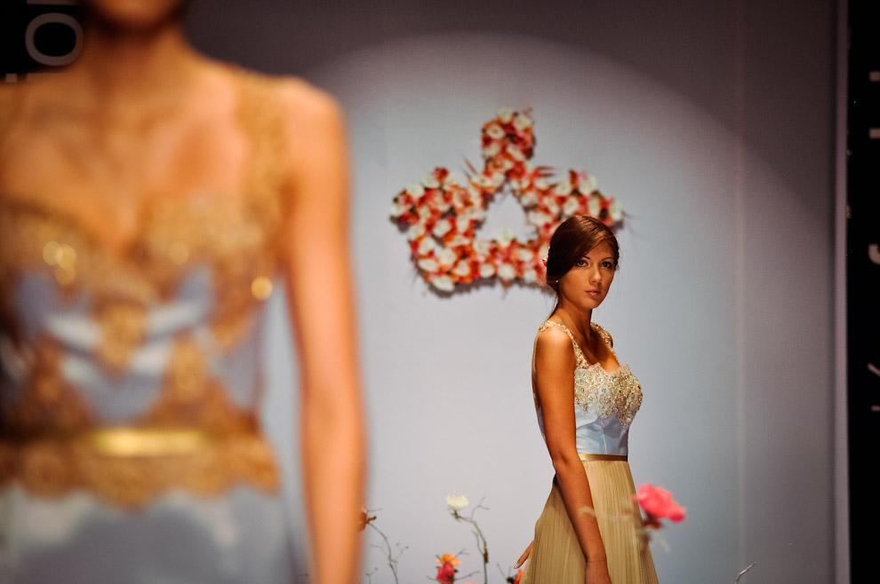 """Una modelo realiza un último destaque para volver al backstage durante el desfile de """"La Marquise"""" en la tercera fecha del Asunción Fashion Week edición 2013 Primavera-Verano. (Elton Núñez)"""