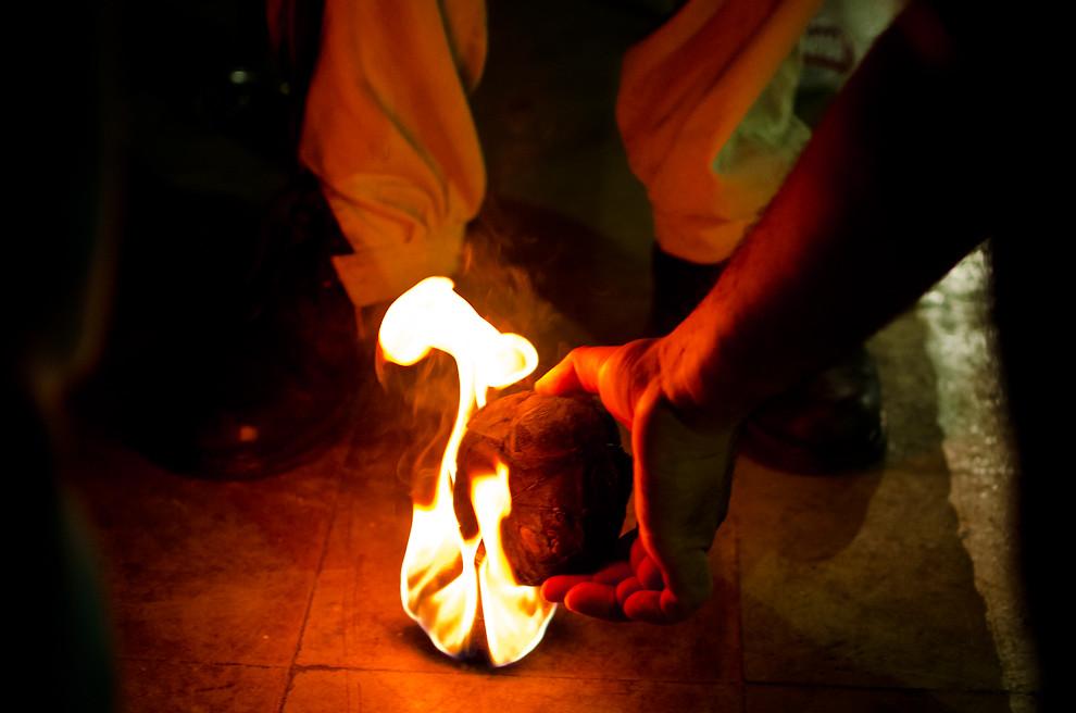 """La """"Pelota Tatá"""", durante las festividades por el día de San Juan, se fabrica con rollos de trapos y alambres, después, es remojada con kerosén, se quema lentamente y cuando está totalmente encendida, lo lanzan al público para divertirse. (Elton Núñez)"""