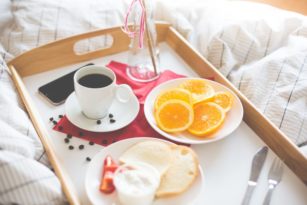 Imagen gratis de un desayuno en la cama