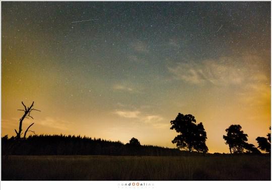 Lichtvervuiling richting het Noorden; links is afkomstig van Bakel/Helmond en rechts van onder andere Gemert. Wat lichte bewolking is aanwezig, samen met het spoor van een satelliet (links) en een Perseïde meteoor (rechts)