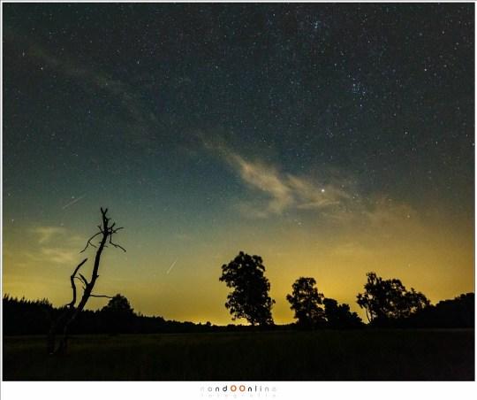 Twee heldere Perseïden, die door de lichtvervuiling heen duidelijk zichtbaar zijn