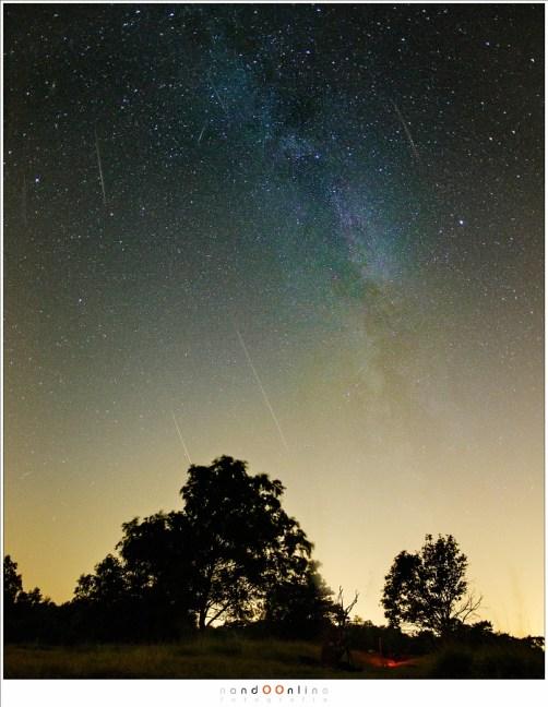 Een glimp van een indrukwekkende melkweg, met Perseïden. De verlichting is van het 'base-camp': rood licht verblind veel minder