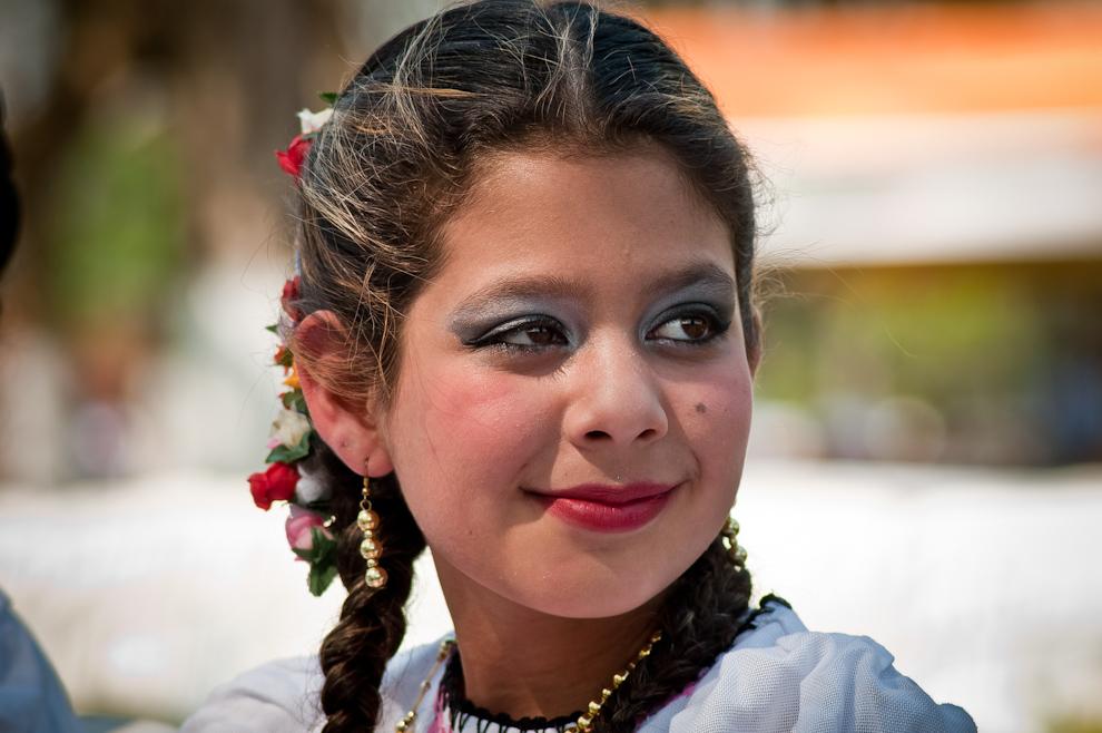 Una niña bailarina participa del festival maquillada y vestida con los atuendos típicos del lugar, muchas prendas tienen el diseño de las ropas de aquellos primeros europeos que habitaron esa tierra. (Elton Núñez)