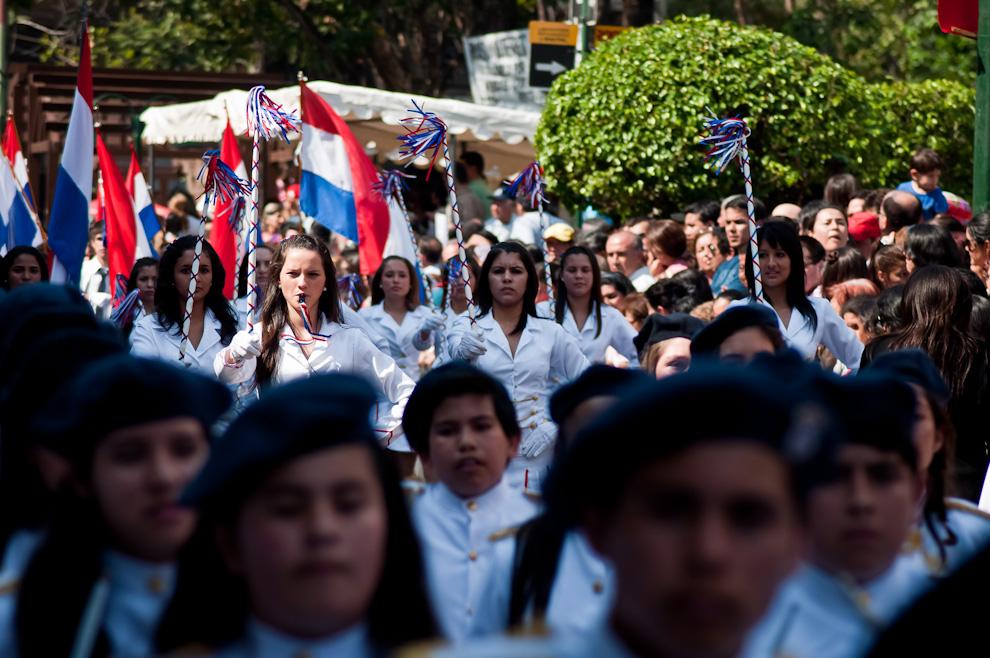 Una chirolera del colegio E.M.D. Dr. Pedro P. Peña, dirige la marcha de sus compañeros en el desfile de alumnos y ex alumnos de los colegios más importantes del País en la calle Palma durante la mañana del Lunes 15 de Agosto. (Elton Núñez)