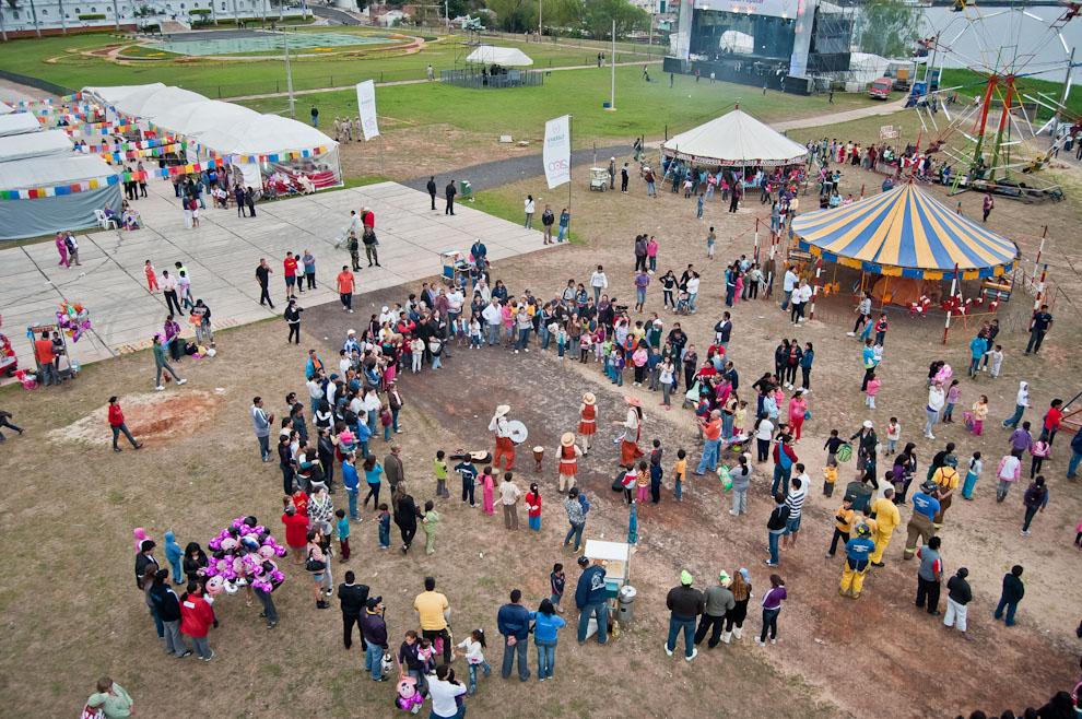 """Una vista superior del emprendimiento """"Paraguay Ára"""" llevado a cabo por la Secretaria de Cultura en el aniversario de Asunción, un parque de diversiones, feria de arte y comidas típicas, un escenario para números artísticos, todos conjugados para ofrecer diversión y entretenimiento a las familias. (Elton Núñez)"""