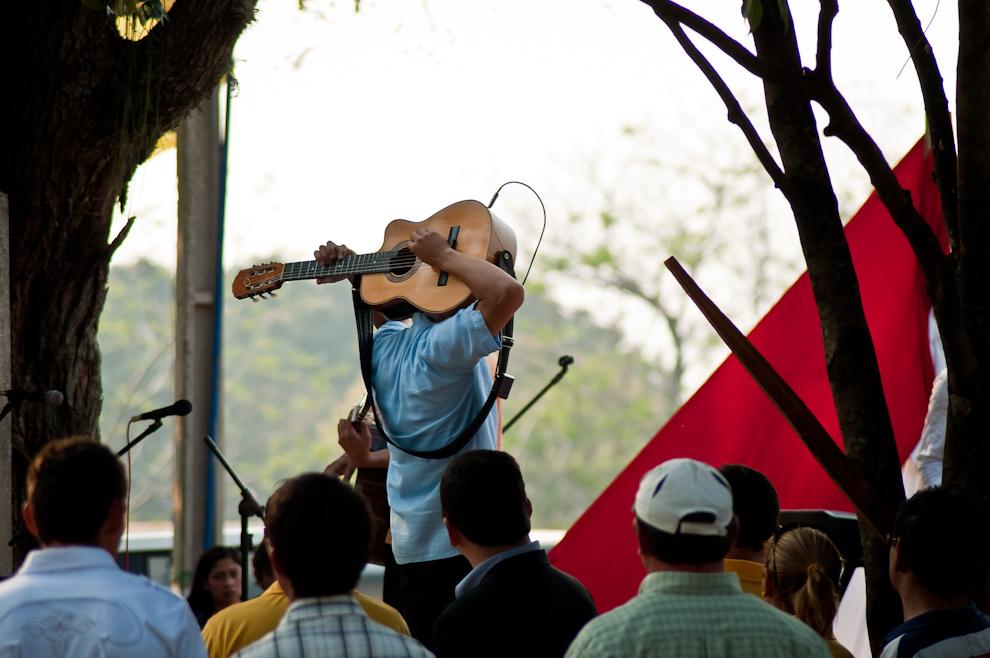 """Un miembro del dúo """"Los Hermanos González"""" ejecuta la guitarra con mucha destreza durante su impresionante interpretación del Pájaro Campana. (Elton Núñez)"""