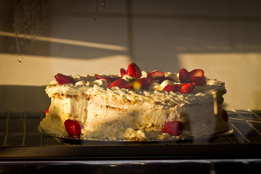 Una deliciosa torta de frutilla deleitaba a los asistentes de la Expo, entre muchos otros postres preparados con esta fruta. (Tetsu Espósito)