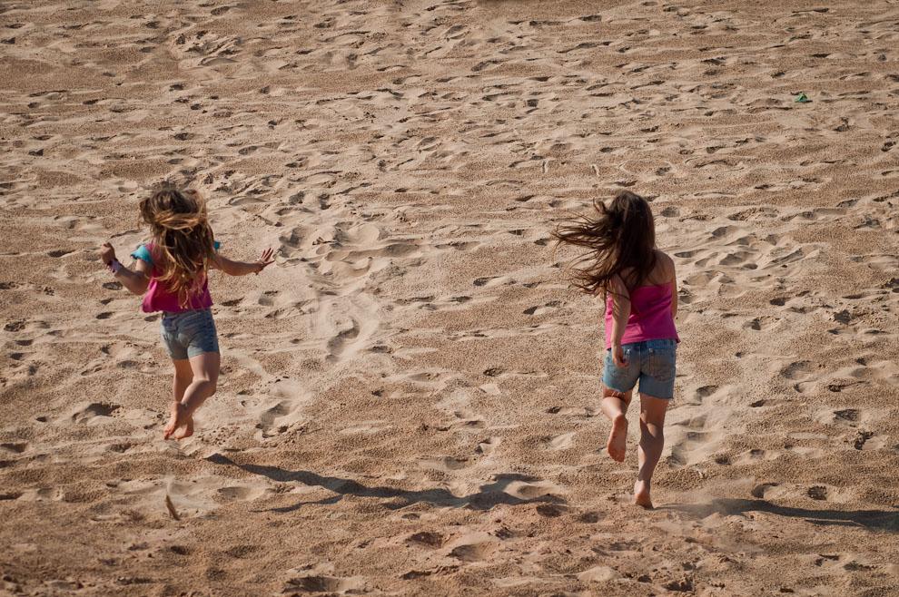 Niñas se divierten en la playa del Parque Litoral de Asunción en la tarde del 15 de Agosto, mientras se llevaba a cabo la Fiesta Popular Paraguay Ára. (Elton Núñez)