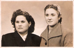 Manuela Lapeña con su amiga Encarna Gascon