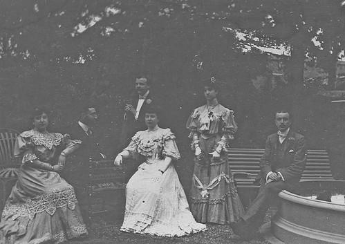 Familia en el jardin