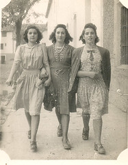 Tres jovenes de paseo