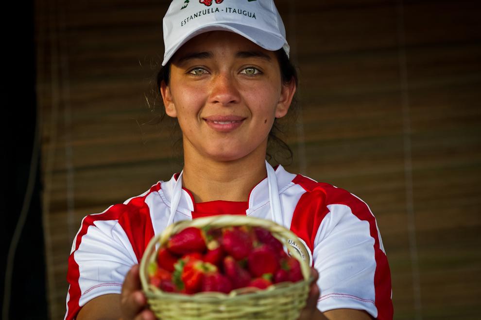 Una vendedora, en uno de los tantos stands de la Expo, entrega al comprador un kilo de deliciosas frutillas. (Tetsu Espósito)