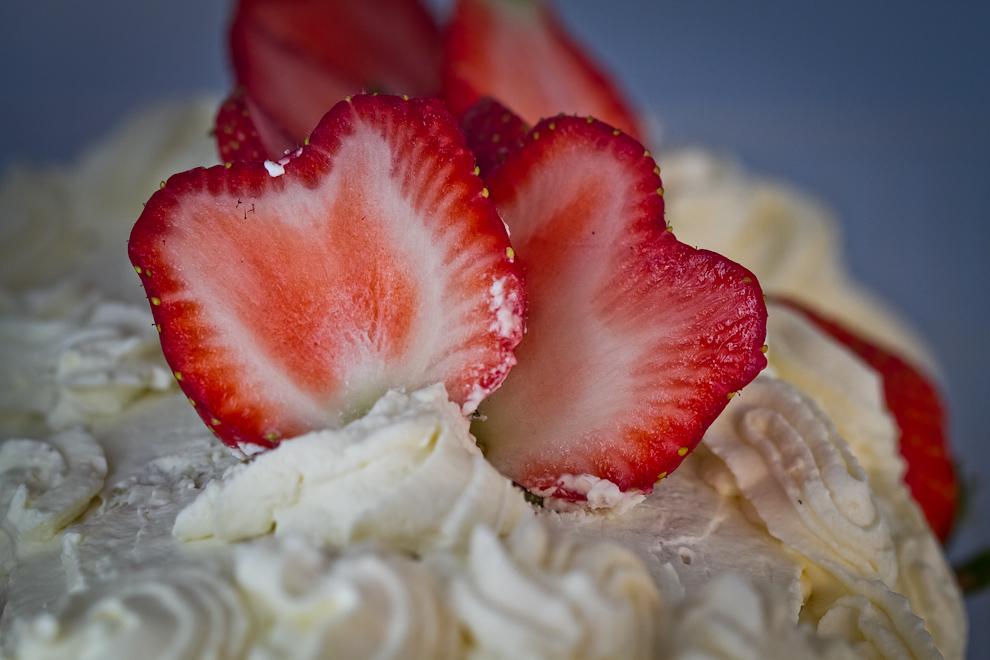 El intenso rojo de las frutillas adorna esta deliciosa torta preparada por los productores de Estanzuela y Kokué Guazú de la ciudad de Areguá, situada a 29 kilómetros de Asunción. (Tetsu Espósito)