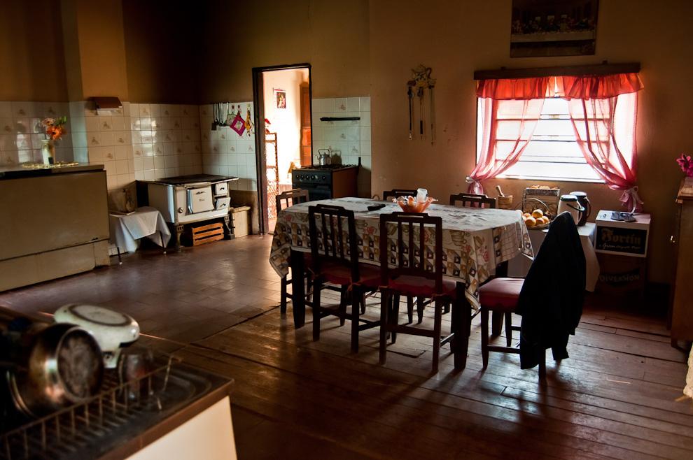 La cocina de la casa del Sr. Eusebio Cortessi, hogar que está por cumplir 100 años de antigüedad, luce ordenada y decorada desde los viejos tiempos. El piso de madera, la cocina a leña, las paredes (revoques) y ciertos muebles aún se conservan originales. (Elton Núñez)