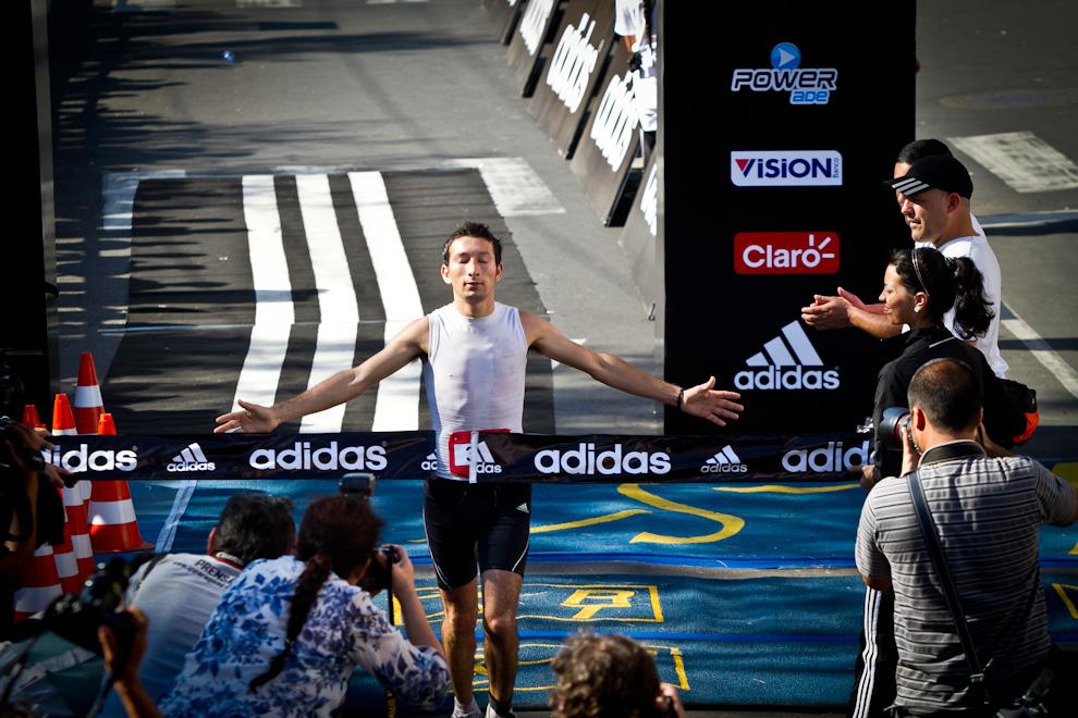 Un corredor paraguayo llega a la meta festejando su victoria. El domingo se presentó caluroso y fue una ardua jornada para todos los corredores. (Tetsu Espósito)