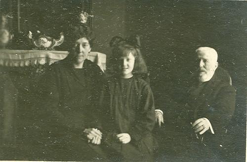 Josefa Bellido con sus abuelos