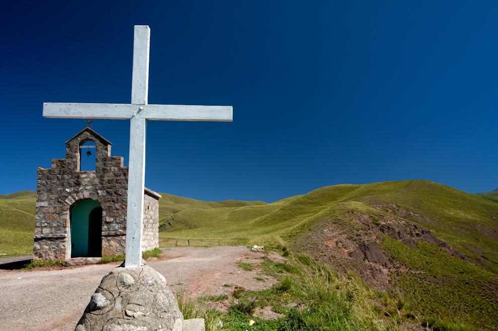 Una solitaria capilla se levanta en el punto más alto a 2280 metros sobre el nivel del mar en las afueras de Cachi, en la provincia de Salta, Argentina. (Roberto Dam)