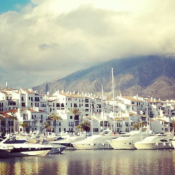 Puerto Banus #marbella Blanco bajo el sol de invierno