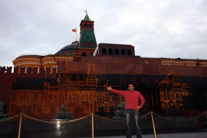 Impresionante imagen del edificio GUM y sus luces reflejado sobre el mármol del Mausoleo de Lenin