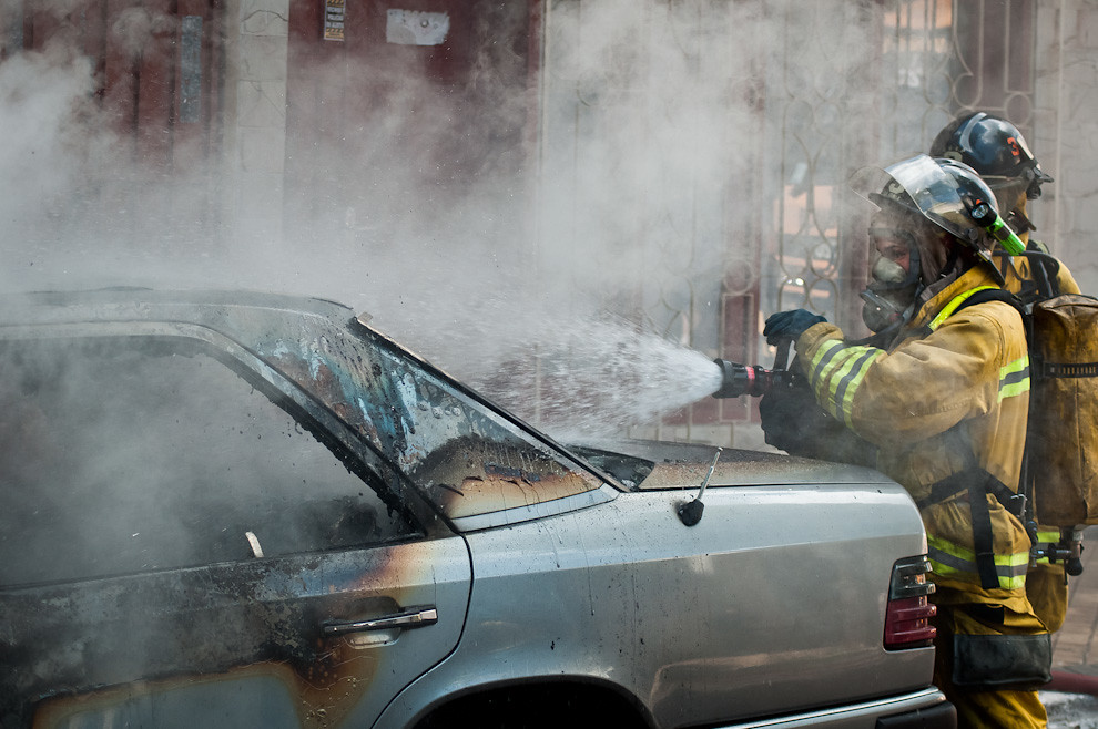 Una mujer bombero realiza el procedimiento de extinción de un vehículo en llamas el pasado 3 de marzo en horas de la tarde, en la zona de Barrio Obrero de Asunción. A pesar de la pronta acción de los bomberos, las llamas alcanzaron a cubrir casi todo el vehículo y fue muy poco lo que se logró salvar. A veces esto sucede porque se pierde tiempo para llamar al número de emergencias 132 o porque los vecinos intentan apagar el fuego y una vez que se dan cuenta que no pueden controlar la situación,  deciden a llamar a los bomberos. (Elton Núñez).