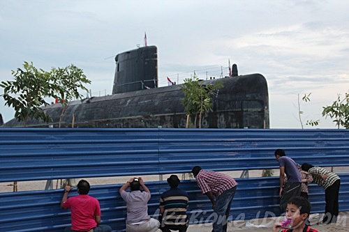 Pengunjung Skodeng kapal selam di pantai klebang