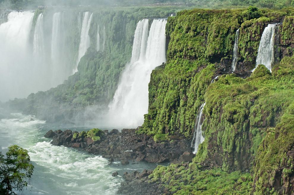 Una vista lejana de la imponente Garganta del Diablo en las cataratas del Iguazú, que nos permite maravillarnos con su ruido y belleza. Esta parte es mejor vista desde el lado argentino. (Elton Núñez)
