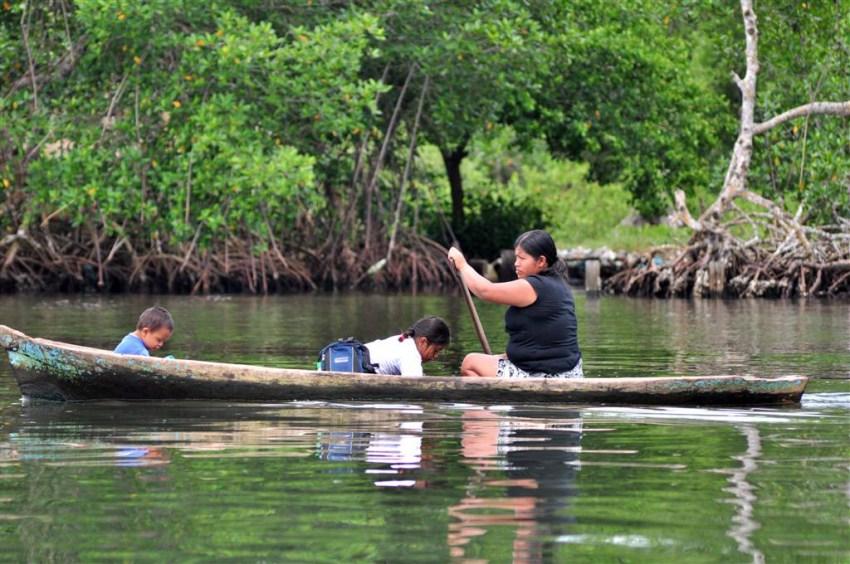 Es común ver a familias o yendo a la escuela en artesanales canoas talladas en troncos de árbol