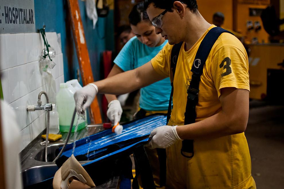 Bomberos voluntarios desinfectan y esterilizan los elementos de cuidado prehospitalar utilizados recientemente. Luego de un servicio en las calles, los voluntarios regresan al cuartel, pero nadie puede descansar aún hasta que se hayan cumplido con todos los procedimientos para limpiar y guardar los equipos prehospitalarios utilizados en el rescate de un accidentado. Los collarines, los soportes, todos los elementos de primeros auxilios deben ser desinfectados, esterilizados y secados antes de ser guardados en su lugar, para que estén listos para usarse en cualquier momento. (Elton Núñez).