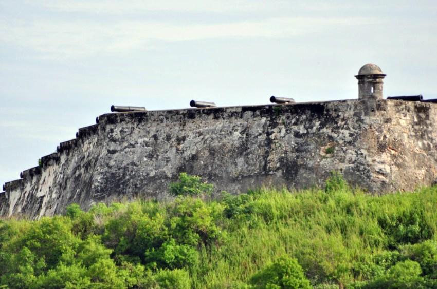 Cada noche a las 21h, los tambores anuncian el disparo del cañón, para rememorar el que antiguamente marcaba la hora de cerrar las puertas de la muralla que rodeaba la ciudad de La Habana, el mejor sistema de seguridad que convertía a la ciudad en la más protegida del caribe.