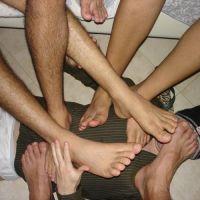Viele nackte Männerfüße