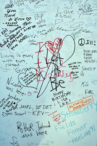 Pintadas sobre el muro de los Abbey Studios en Abbey Road