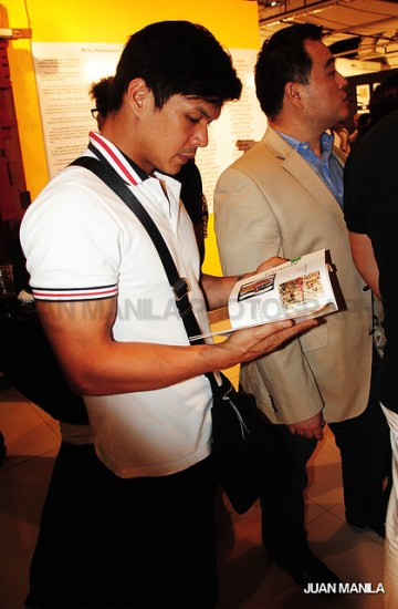 Our lens caught versatile actor Raymart Santiago browsing through RenaiXance souvenir book during the opening night.